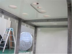 まずはフレームの外側や仕切り部分に塩ビの板を貼り付けます。