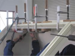 溶接部に隙間があると架台が腐食してしまうため、細かい部分も丁寧に溶接をしていきます。