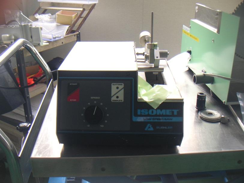 ダイヤモンドカッターでワークを切断する機械