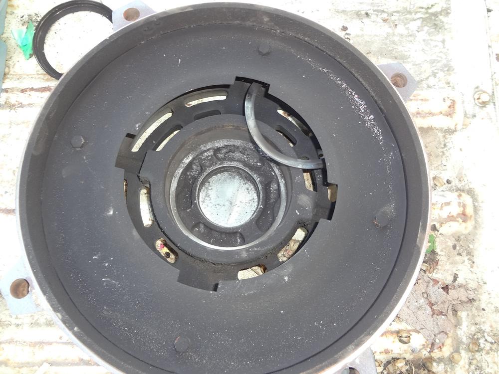 モータブラケット内に大量に撒かれていた金属粉