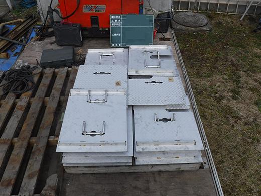 新規井桁と縞板鋼板の蓋の搬入