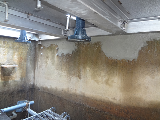 躯体水槽内で後から撤去した既設のベースプレートの跡を保護モルタルでカバーします。