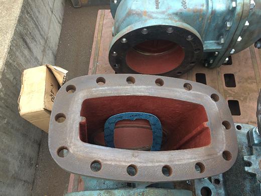 バルブ内部とパッキン(青いものが新規で製作したパッキン)