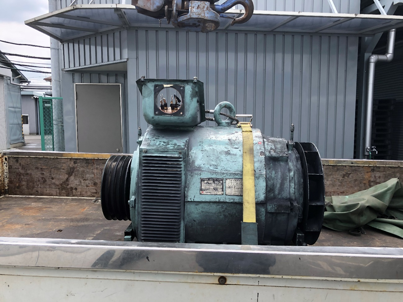 モーターを引き取った際の写真です。トラックの荷台に載せられている状態で、モーター自体の高さは80㎝程度のように見えます。