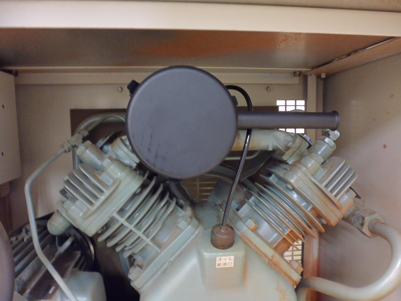 コンプレッサーの構造の上側にある圧力タンクが新しいものに交換された状態です。タンクがきれいになっています。