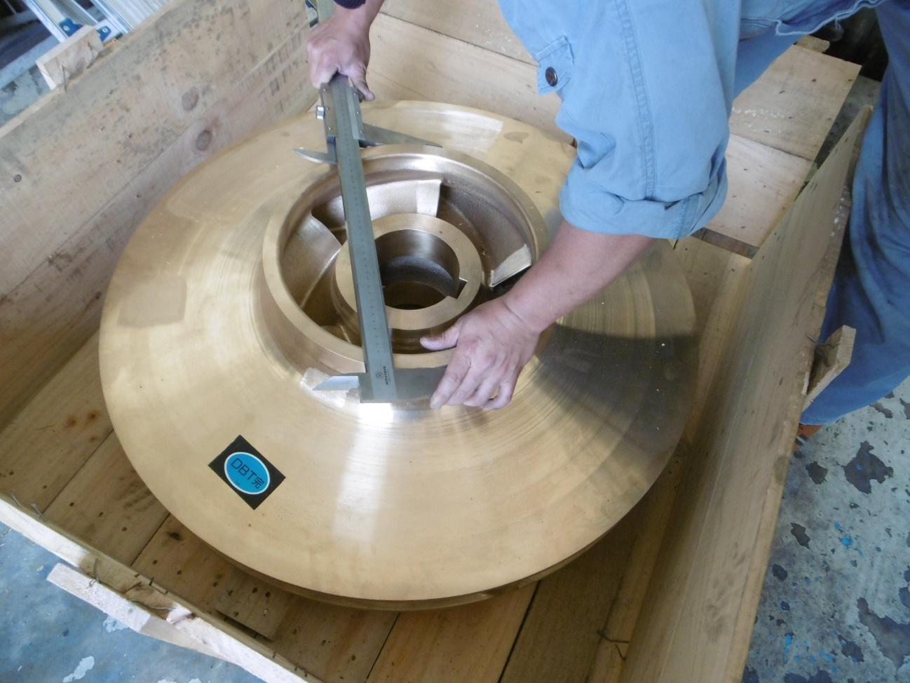 新品の部品も、このポンプに合うように加工をしてから取り付けます。部品の穴の内径を測っているところの写真です。