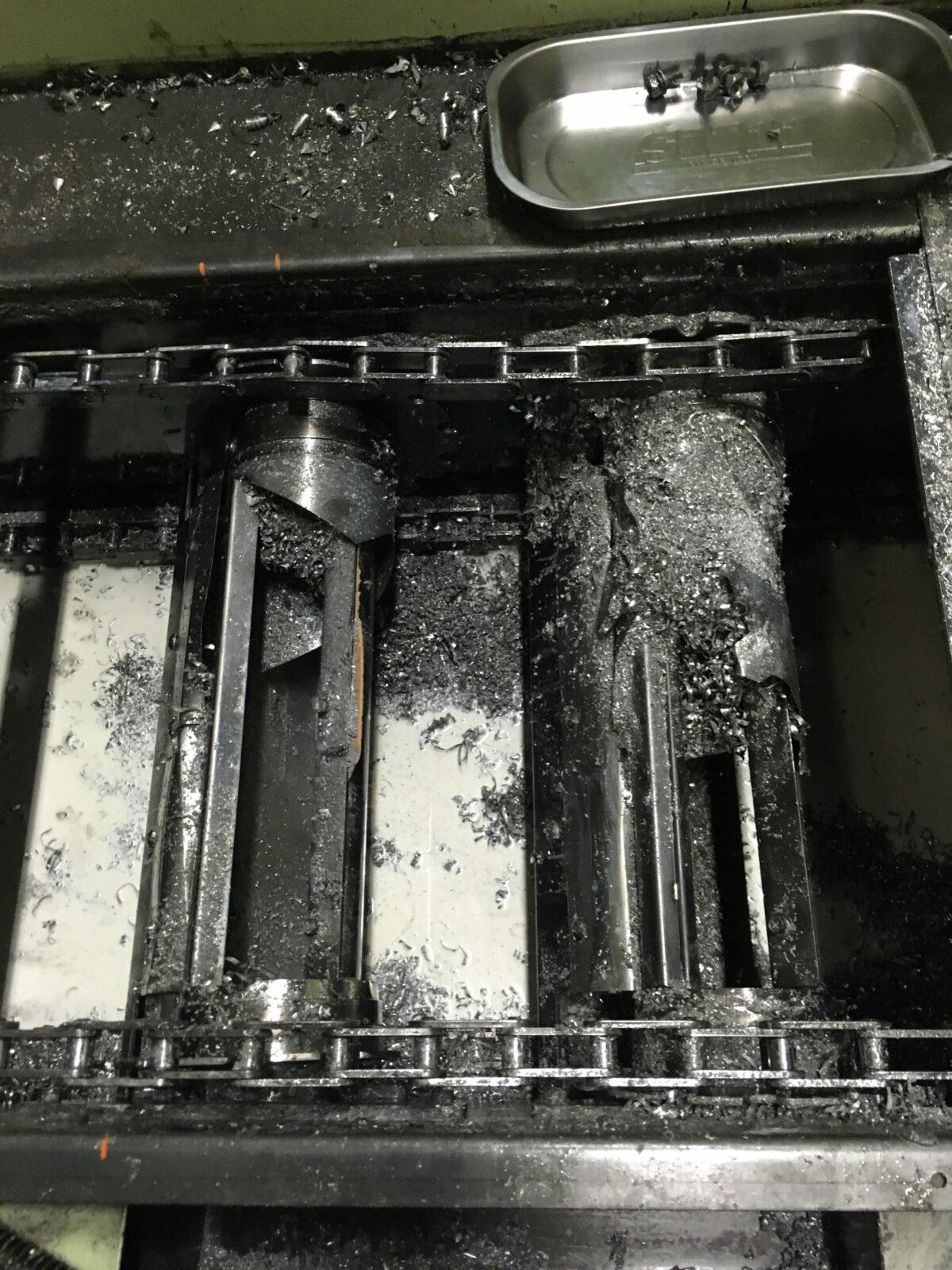 修理するチップコンベアのクーラントを抜いたところ