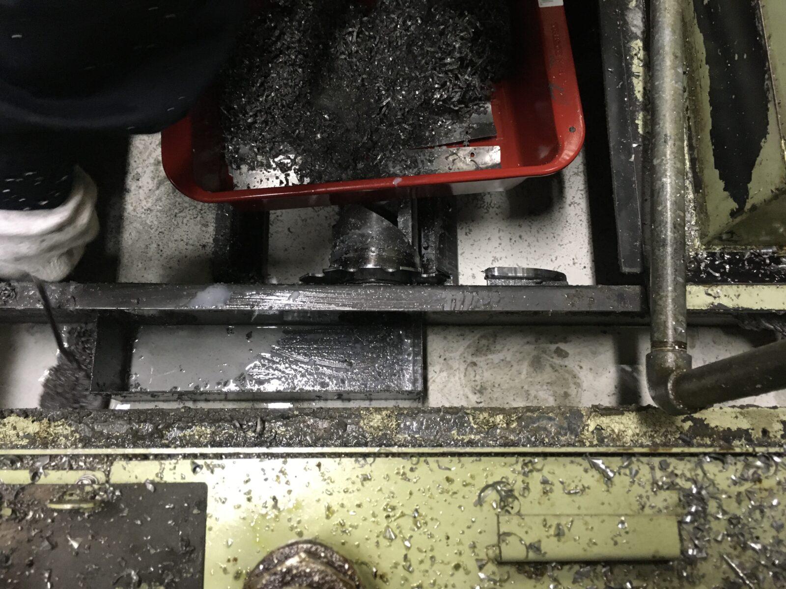 クリーンタンクに入り込んだ切粉を取り除く様子